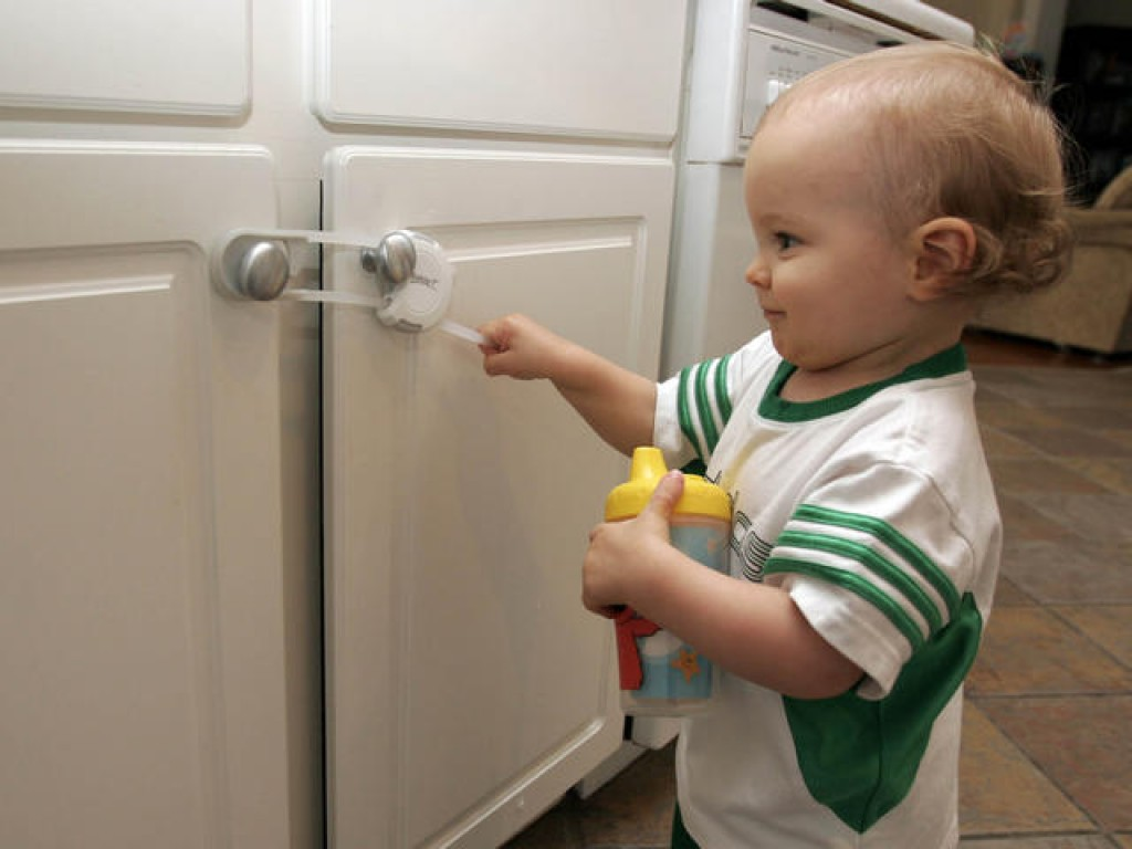 10 tips to baby proof your home don 39 t skip 1 for Child lock kitchen cabinets